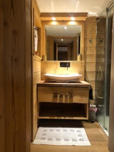 A bathroom at Chalet Tannenduft
