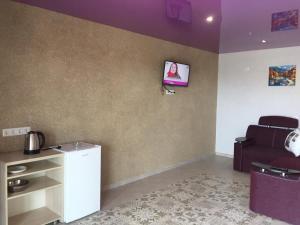Телевизор и/или развлекательный центр в Astoria Hotel Kyrylivka