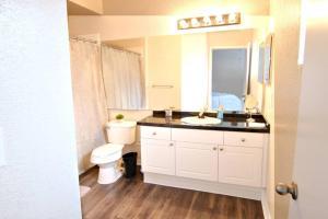 A bathroom at 10 mins to Disney - Hot tub - King Puffy Lux