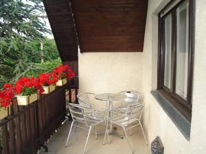 A balcony or terrace at Lilla Apartmanház
