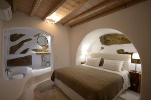 Un ou plusieurs lits dans un hébergement de l'établissement Villa in Psarou with private pool by Diles Villas