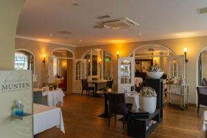 A restaurant or other place to eat at Hotel Munten