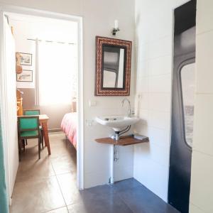 A bathroom at Chambre d'hôtes atypique dans les Calanques