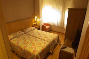 A bed or beds in a room at Hostal Orejas