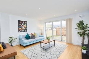 A seating area at Exquisite Apartment - Sleeps 8 - Garden - Parking