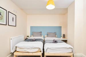 A bed or beds in a room at Exquisite Apartment - Sleeps 8 - Garden - Parking
