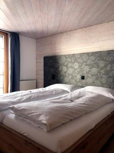 A bed or beds in a room at Hotel Aletsch