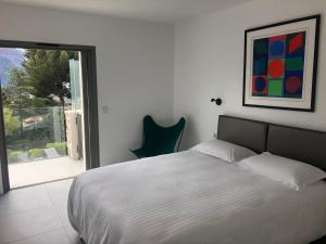 A bed or beds in a room at CassisBAY