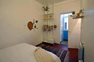 A bed or beds in a room at Nice apartment close to the OLD PORT