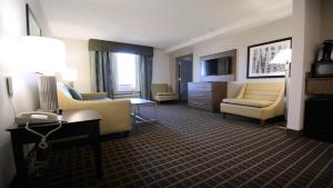 A seating area at Holiday Inn Hazlet, an IHG Hotel