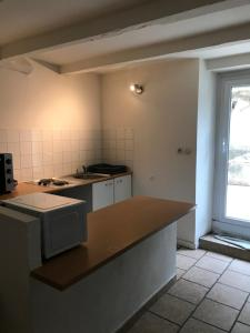A kitchen or kitchenette at T1 charteux