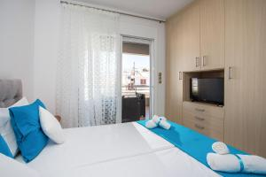 A bed or beds in a room at Fashionable Luxury Apartments