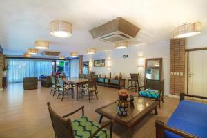 Um restaurante ou outro lugar para comer em Hotel Via dos Corais