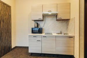 Кухня или мини-кухня в Red River Hotel