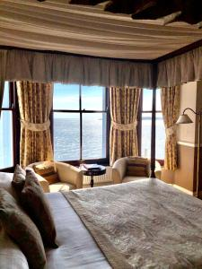 A bed or beds in a room at No: 1 The Esplanade Guest Accommodation.