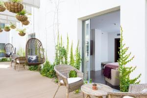 Un patio o zona al aire libre en La Laguna Gran Hotel