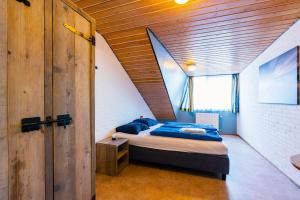 A bed or beds in a room at Herberg Oer't Hout