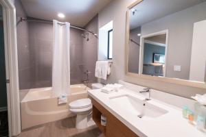 Salle de bains dans l'établissement Alexis Park All Suite Resort