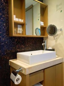 A bathroom at Royal View Hotel