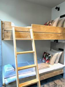 A bunk bed or bunk beds in a room at Hotel de Prince