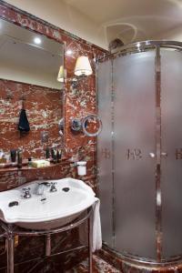 Ett badrum på Hotel Bucintoro