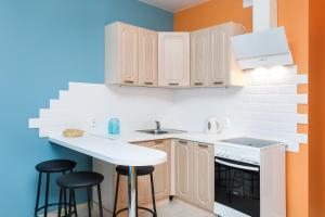 A kitchen or kitchenette at EtazhiDaily at Studencheskaya