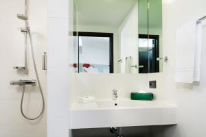 A bathroom at Park Inn by Radisson Leuven