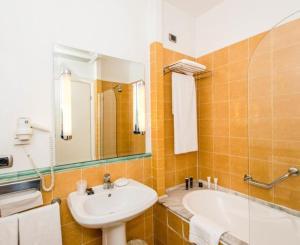 A bathroom at LH Hotel Lloyd Rome