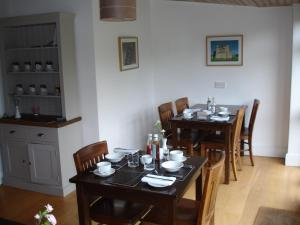 A restaurant or other place to eat at Burcott Mill Guesthouse