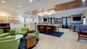 The lounge or bar area at Holiday Inn Express-International Drive, an IHG Hotel