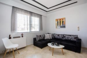 A seating area at Fashionable Luxury Apartments