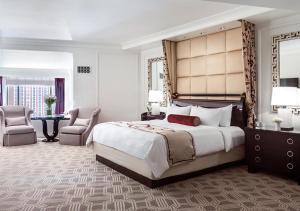 A bed or beds in a room at The Palazzo at The Venetian®