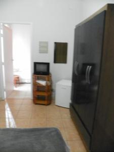 Uma TV ou centro de entretenimento em Santos Hotel
