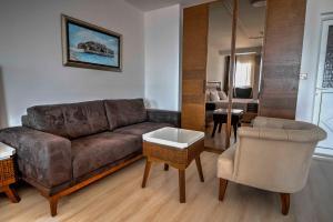Ein Sitzbereich in der Unterkunft Hotel Adrović