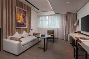 A seating area at Hotel Kapok Shenzhen Luohu