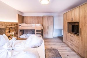 Ein Etagenbett oder Etagenbetten in einem Zimmer der Unterkunft Apartments Heidenberger Delle Scuole
