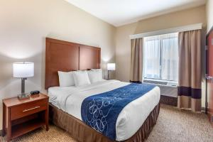 A bed or beds in a room at Comfort Suites Near Denver Downtown