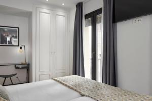 A bed or beds in a room at Hostal Arriazu