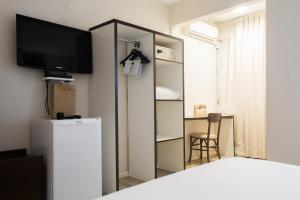 A television and/or entertainment centre at Master Express Moinhos de Vento Hotel & Coliving