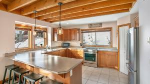 A kitchen or kitchenette at 375 Moonshine Crescent