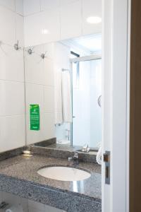A bathroom at Master Express Moinhos de Vento Hotel & Coliving