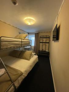 Ein Etagenbett oder Etagenbetten in einem Zimmer der Unterkunft In den Roden Leeuw van Limburg