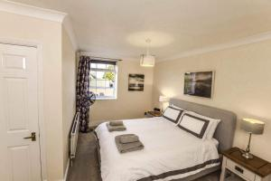 A bed or beds in a room at Greystones