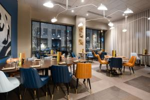 A restaurant or other place to eat at The Curtis- A DoubleTree by Hilton Hotel