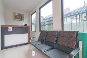 The lobby or reception area at RedDoorz Syariah near Stasiun Cianjur