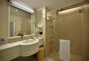 Een badkamer bij Royale Chulan Damansara