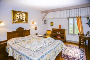 A bed or beds in a room at La Closerie de Fronsac