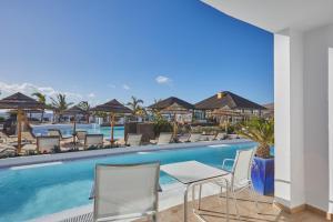 Piscine de l'établissement Secrets Lanzarote Resort & Spa - Adults Only (+18) ou située à proximité