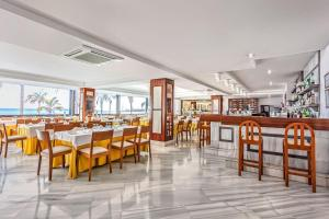 A restaurant or other place to eat at Hotel Lancelot