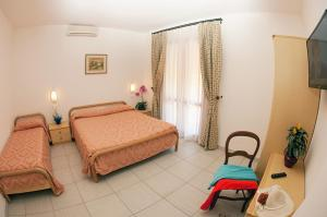 A bed or beds in a room at Hotel Lo Scirocco